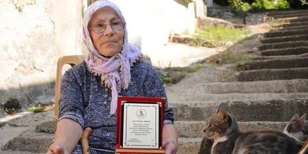 hayatını hayvanlara adadı 620x310 Hayatını sokak hayvanlarına adadı